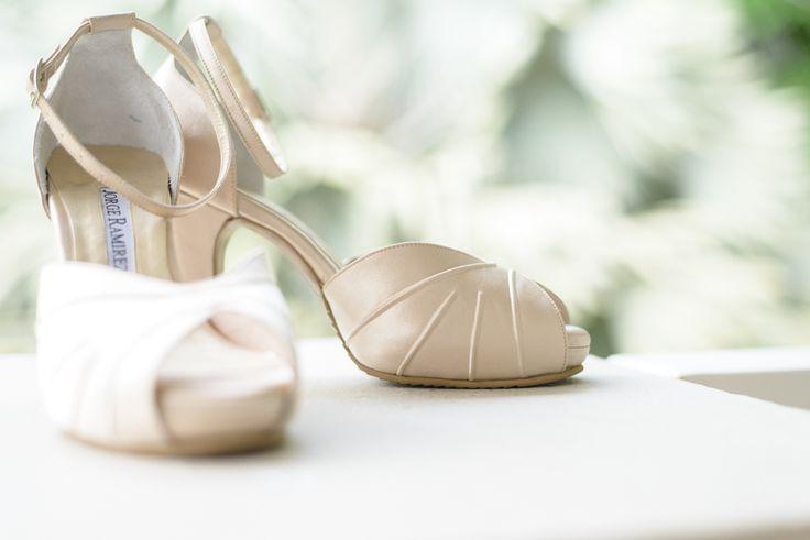 Los zapatos de Ana el día de su boda, fotografía de matrimonio en el momento de arreglar a la novia. Historias hechas con amor.