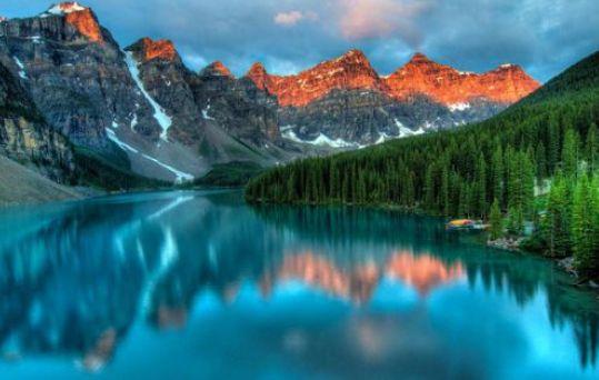 les-8-lacs-les-plus-impressionnants-du-monde-4 Le lac Moraine au Canada est pour beaucoup le lac parfait avec des arbres et des montagnes dessinant un paysage fantastique de carte postale.