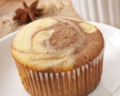 Muffins marbrés à la vanille et au chocolat : http://www.cuisineaz.com/recettes/muffins-marbres-a-la-vanille-et-au-chocolat-56852.aspx