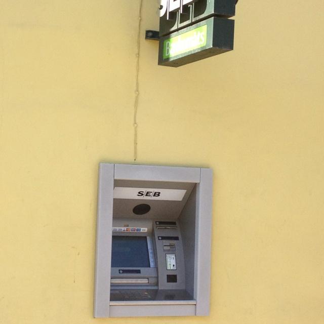 Rahaa saa nostettua helposti automaateilta joita löytyy monista paikoista.