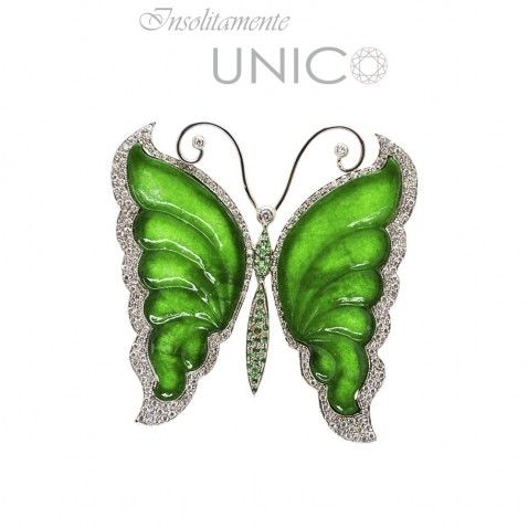 Ciondolo in oro bianco con ali di giada, smeraldi e brillanti. Acquistabile online: bit.ly/1PPvLXe