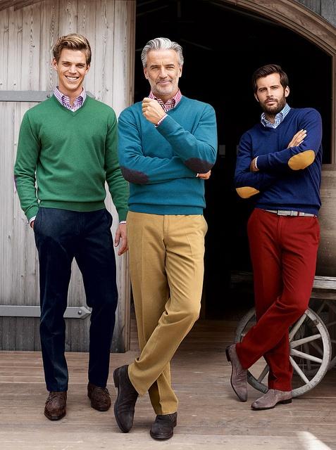 Farbenfrohe Baumwoll-Hosen und Cashmere-Pullover. Die Baumwoll-Hosen von HILTL in attraktiver Farbigkeit: die doppelseitig angeraute reine Baumwolle sorgt für eine samtige Optik und ein angenehmes Tragegefühl. Dazu: 100% Cashmere-Pullover mit V-Ausschnitt und Ärmelpatch.