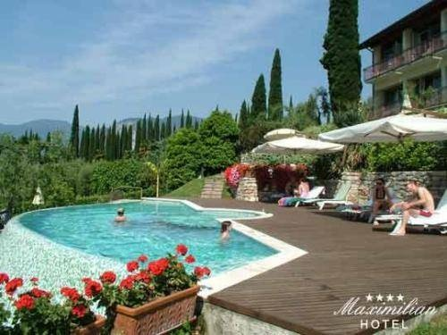 Hotel Maximilian - Malcesine ... Garda Lake, Lago di Garda, Gardasee, Lake Garda, Lac de Garde, Gardameer, Gardasøen, Jezioro Garda, Gardské Jezero, אגם גארדה, Озеро Гарда ... Welcome to Hotel Maximilian Malcesine, Hotel Maximilian is set directly on the Val di Sogno lakefront, 5 minutes drive from Malcesine. Surrounded by gardens, it offers beautiful lake views and sports and wellness facilities. Enjoy stunning views of Lake Garda from Hotel Maximi
