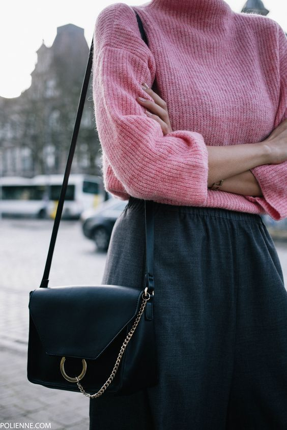 Soft pink jumpers, we just can't get enough of that! Great look with a little Chloe bag, effortless and classy.
