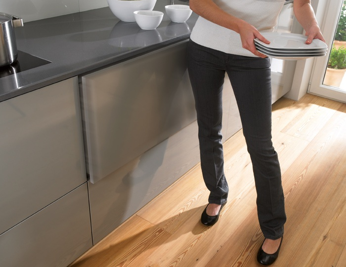 SANTOS kitchen   SAA: Assisted opening system. The assisted opening system is designed to facilitate access to the inside of drawers, even when your hands are full: just a slight touch is enough for any person, regardless of their age or physical condition, to open them gently. Our SAA system also achieves no loss of storage capacity.