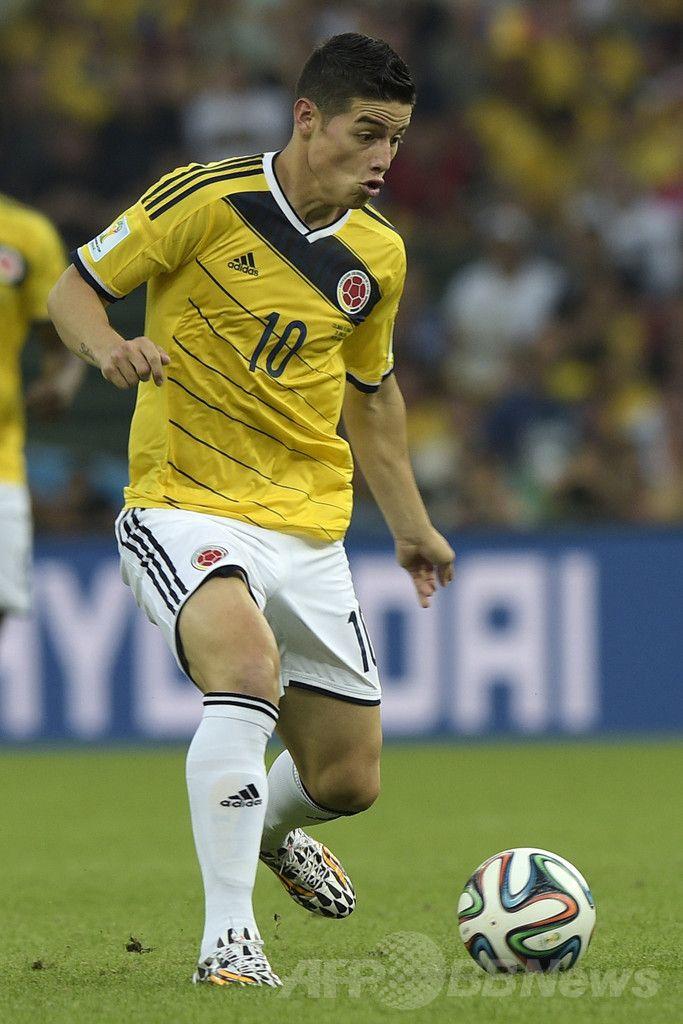 サッカーW杯ブラジル大会(2014 World Cup)決勝トーナメント1回戦、コロンビア対ウルグアイ。ボールをキープするコロンビアのハメス・ロドリゲス(James Rodriguez、2014年6月28日撮影)。(c)AFP/DANIEL GARCIA ▼29Jun2014AFP|ロドリゲスが活躍みせたコロンビア、スアレス不在のウルグアイ撃破 http://www.afpbb.com/articles/-/3019078 #Colombia_Uruguay_round_of_16 #Brazil2014