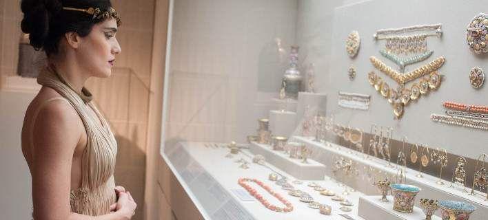 Η ξεχωριστή παράσταση της Εύας Σιμάτου ανάμεσα στα εκθέματα του Μουσείου Μπενάκη [εικόνες]