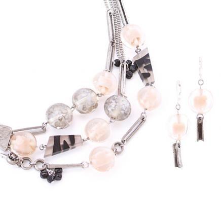 Anne-Marie Chagnon Collection 2015  Printemps-Été Collier : Pierrette - blush Boucles d'oreilles : Corina - blush --------------------------- 2015 Spring-Summer Collection Necklace: Pierrette - blush Earrings: Corina - blush