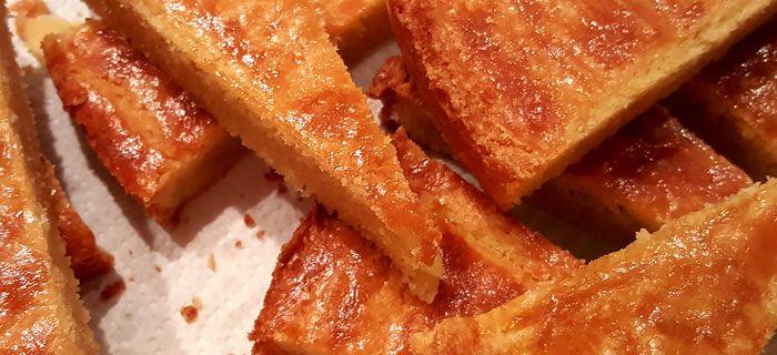 Een hele makkelijke en lekkere boterkoek die je in een half uur maakt. Een beetje warm nog het allerlekkerst.