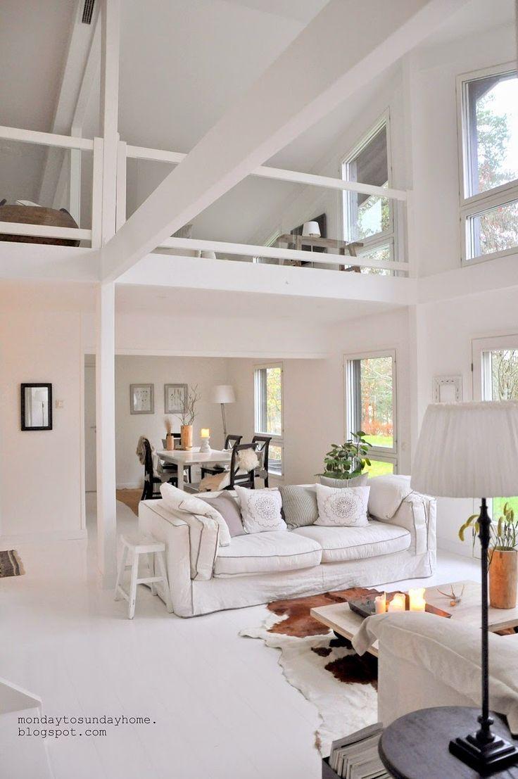 Biały salon w dwupoziomowym domu