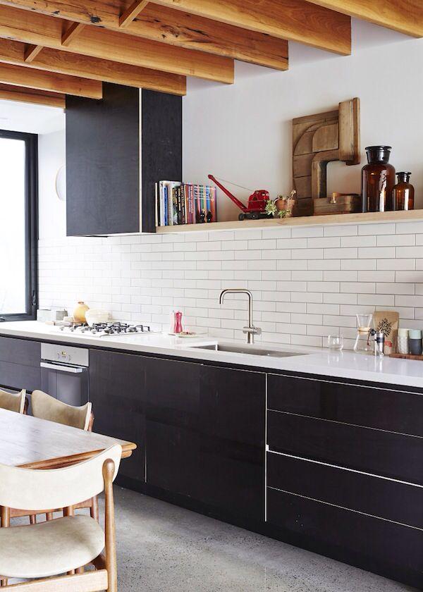 """Voorbeeld van een donkere keuken die niet """"te donker"""" is door weinig (donkere) kasten aan de muur en in de plaats daarvan witte tegels."""