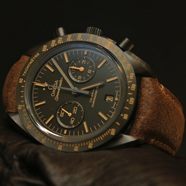Omega Speedmaster Dark Side Of The Moon Vintage Black stands out for the brown indexes and hands treated with vintage-style SuperLumiNova.
