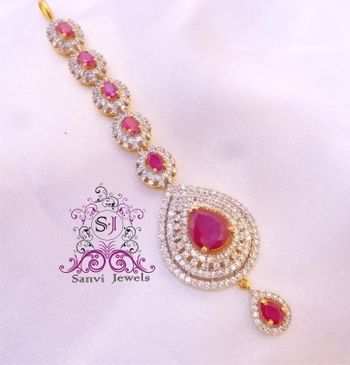 I found this beautiful design on Mirraw.com have no idea what a MAANG TIKKA is but this one is FINE!!!