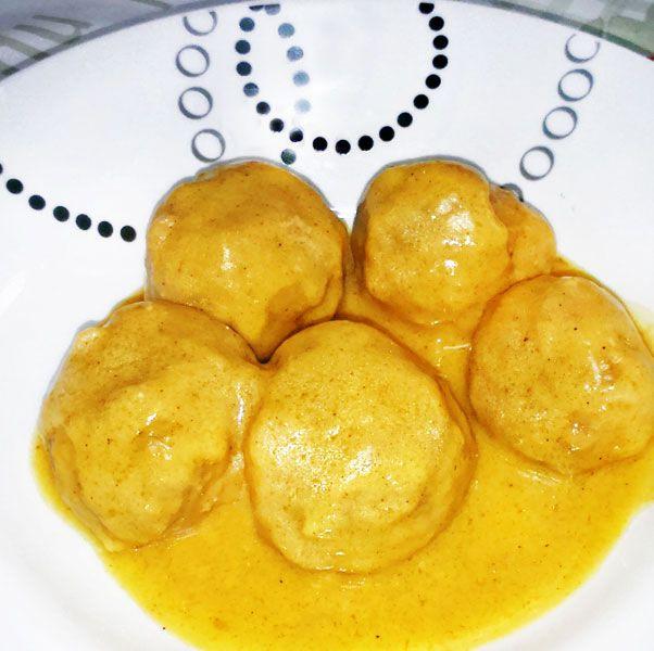 Estas albóndigas de pollo al curry combinan de forma fácil sabores y aromas para componer un plato diferente con ingredientes muy sencillos.