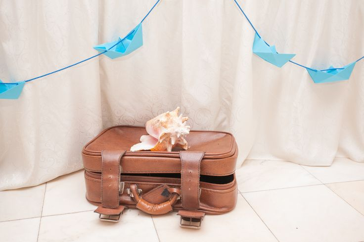 "Nautical theme gift box substitute (old suitcase with seashells inside and a note saying ""Vacation Fund!"" inside) - cutie de bani varianta travel"