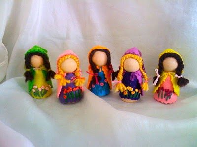 Love that these peg dolls have sewn clothes not painted.. waldorf style I guess. :)