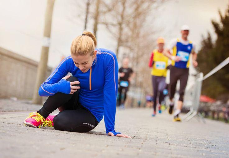 Kvinde i løbetøj har ondt i knæet