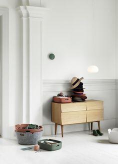 Muuto Reflect Dressoir  Afmetingen: B 105 x D 40 x H 69,4 cm Materiaal: Eikenhout 2 kastdeuren Design: Soren Rose  Prijs €1995,00