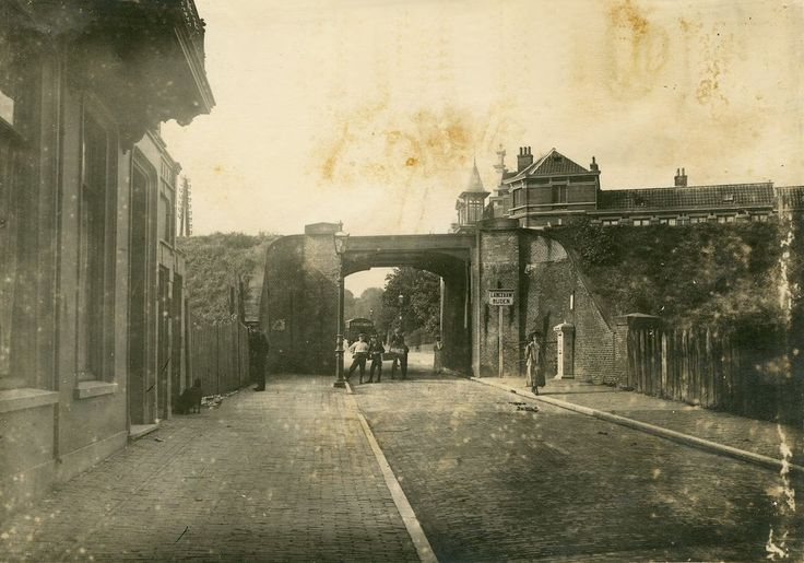 De Apeldoornsestraat in 1903. Achter het viaduct ligt de Apeldoornseweg