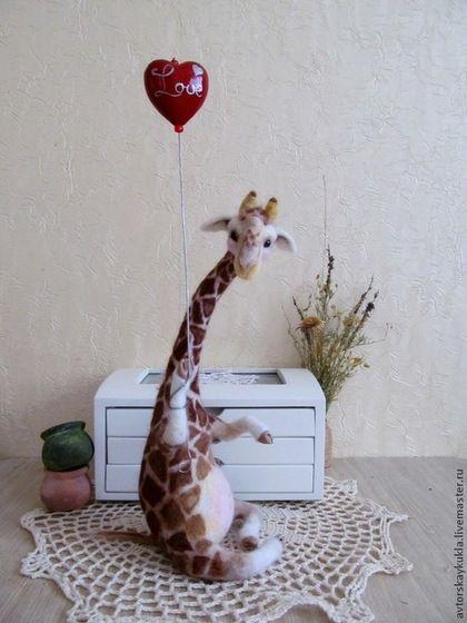 Влюблённый жираф. - коричневый,жираф,фильцевание,валяная игрушка,валяние из шерсти