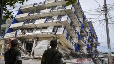 Soldiers stand guard by a hotel which collapsed in the earthquake in Matias Romero, Oaxaca State, on September 8, 2017