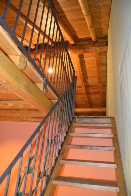 Scala e soppalco in legno di castagno dell'Etna. Casa Perriera. Agriturismo DolcEtna
