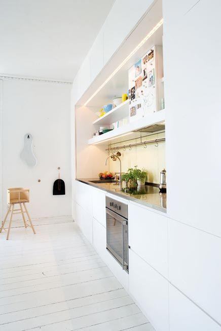 groot open gedeelte in hoog kastenblok met bovenkastjes tot aan plafond...