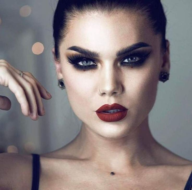 Smokey Eyes With Red Lips Thats Sensous Seductive In 2020