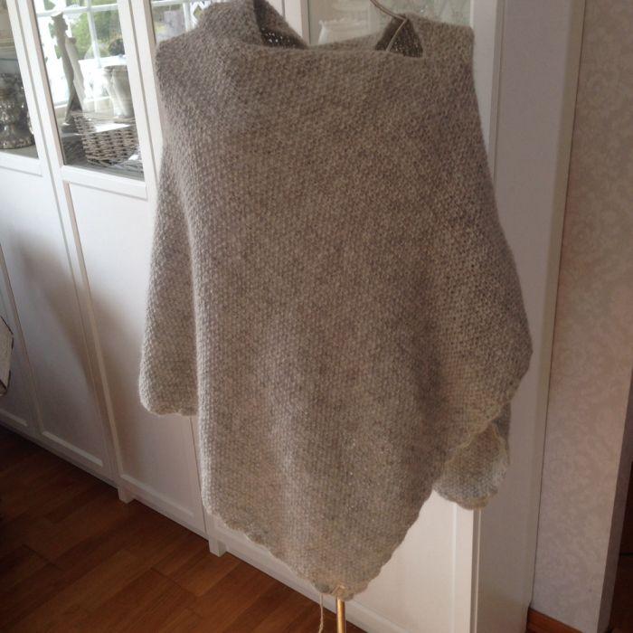 Her kommer mønster på Ponchoe. Denne har jeg strikket og gitt bort til min svigerinne i 50års gave..