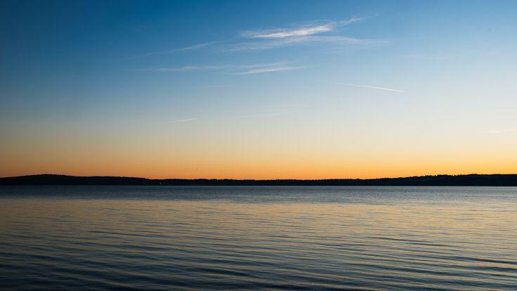 Da Trevignano se guardo di là   Stessa passeggiata di qualche giorno fa sole un po' più basso. I rimasugli di luce riempiono di serenità: sono refoli e li vedo rimbalzare sulle onde e scivolare al di qua delle colline laggiù in fondo.