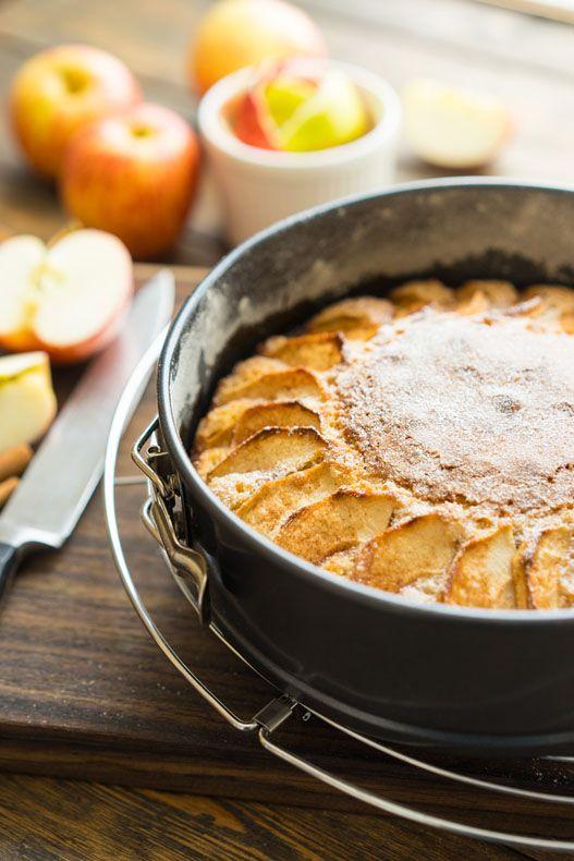Очень простой и очень вкусный яблочный пирог Расскажу про очень простой и быстрый яблочный пирог. Его фишка в том, что тесто получается прилично плотным, но в то же время оно приятно крошится, когда отрезаешь треугольничек или разламываешь его вилкой. В форме 18 сантиметров он выходит прилично высоким, ставишь кусок на тарелку, поливаешь немного растаявшим мороженым...