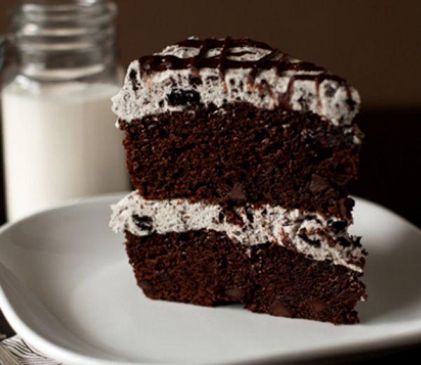 Zondag, taartdag. En omdat het niet àltijd low fat moet zijn, HIGH fat met dit recept dat het beste van twee werelden (lees: Oreo-koekjes en chocolade) verenigt. Smakelijk!