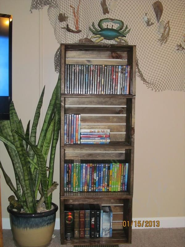 Diy crate bookshelf pallet furniture diy ideias para a for Diy crate furniture