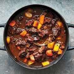 Grytornas gryta och kryddornas krydda – det vill säga kalops och kryddpeppar som sätter den så typiska smaken. Det blir såsigt, vilket passar fint till mormorskokta morötter, alltså morötter som kokas sönder med lök och gafflas med smör.