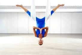 Μερικά από τα πλεονεκτήματα και τα οφέλη της Aerial Yoga είναι τα εξής:  aerial gonglove harmony yoga logo1. Ενδυνάμωση και ευλυγισία ολόκληρου του σώματος: Λόγω της φύσης των θέσεων που παίρνει το σώμα στην Aerial Yoga, όλα τα μέρη του σώματος συνεργάζονται δυναμικά και διατατικά προκειμένου να υπάρξει ένα ομοιόμορφο αποτέλεσμα με έλεγχο και αρμονία. Μέσω της τακτικής εξάσκησης αναδομείται το μυϊκό σύστημα των άκρων μέσα από τις λαβές που πραγματοποιούνται με τα χέρια αλλά και με τα…