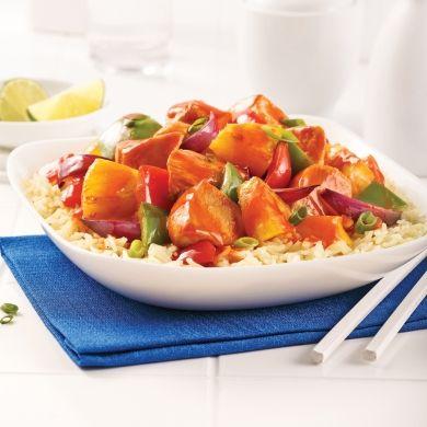 Facile, rapide à préparer dans la mijoteuse, douce pour les papilles… Voilà qui décrit cette recette de poulet nappé de sauce à l'ananas!