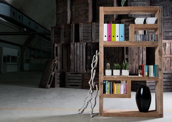 boekenkast 'ROOM' - Deze boekenkast / roomdivider is gemaakt van oude verweerde, brede balken (28 cm diep). Het aparte design met de mooie tekening van het hout en de afwerking met door roest verkleurde bouten zorgen voor een speels, maar tegelijkertijd ruw effect.