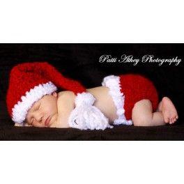Un tradicional gorrito de Papa Noel con cubrepañal a juego. El set ideal para inmortalizar la primera Navidad del bebé. Color rojo intenso e...