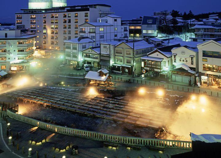 草津温泉は日本三名泉(草津・有馬・下呂)のひとつ。自然湧出量は日本一を誇り、毎分3万ℓ以上もの温泉が湧き出ています。湯量が豊富なため、多くの宿で源泉かけ流しを楽しめるのが嬉しいですね。草津温泉名物の湯畑を中心に広がる温泉街には特有の湯の香りが漂い、旅風情を満喫できます。温泉初心者さんは是非ここから温泉を楽しみましょう! 【温泉名】草津温泉 【所在地】吾妻郡草津町草津 【電話番号】0279-88-0800(草津温泉観光協会) 【アクセス】JR吾妻線長野原草津口駅〜バス25分  【泉質】酸性低張性高温泉