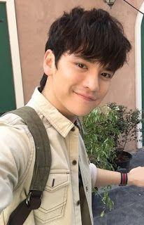 """Setthapong """"Tao"""" Phiangphor (เศรษฐ พงศ์ """"เต๋า"""" เพียงพอ) é um cantor tailandês e ator. Ele retrata King ( Kinnosuke Ikezawa ) em beijam-me 2015 live-action Thai adaptação do Itazura na Beijo Manga."""