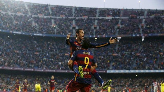 Neymar erguido por Suárez golaço Barcelona x Villarreal Camp Nou (créditos: REUTERS/Albert Gea)