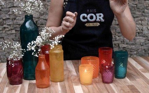 Aprenda a transformar copos e vidros que estão sobrando em decorações super coloridas!
