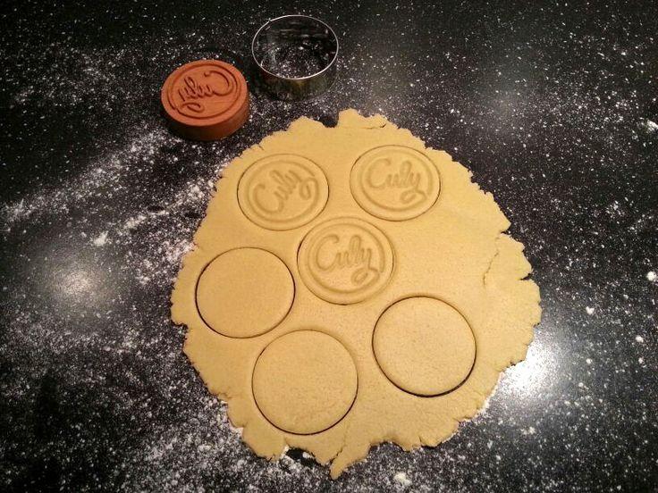 Een customized houten koekjesstempel  doorKoekstempel.nl. Zo cool! En nog leuker: je kunt er ook eentje voor jezelf laten maken. Stuur een berichtje aanJan Kemper, de maker van de stempels, met je wensen en voorkeuren. De ronde […]
