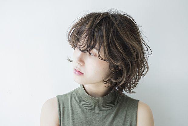 外ハネと内巻きが無造作に重なり合ったレイヤーボブスタイルです。 髪の動きが重なりあう事で生じるボリュームが、そのスタイルのシルエットとなり、その人にフィットする。 そんな事をイメージしたスタイルです。 前髪は長めに残し毛先をカールさせる事で抜け感を作り カラーにはハイライトをランダムに入れた事で、髪の重なりに奥行き感を持たせてあります。