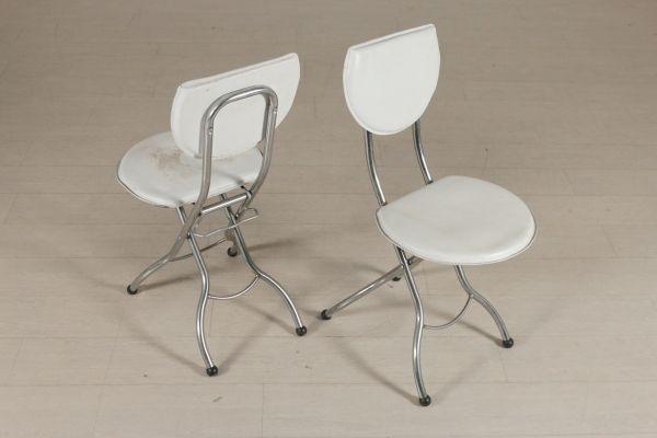 Coppia di sedie pieghevoli; metallo, rivestimento in similpelle. Buone condizioni, presentano piccoli segni di usura.
