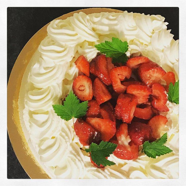 """Lite jordgubbstårtor till ett """"före midsommarfirande"""" levererades ut idag. -  enbart 40% grädde som vispas, inte uppblåst!"""