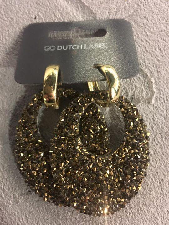 Ze zijn er weer! De super mooie oorbellen van Go Dutch. Ze vliegen alweer de deur uit, dus wees er snel bij! Ook erg leuk om cadeau te geven! #sinttip 🎁 Prijzen variëren van €4,95 tot €29,90   Daarnaast ook weer de nieuwste modelletjes binnen van de IKKI horloges  🛍🛍🎁🎁 Folow @fashionbookface   Folow @salevenue   Folow @iphonealiexpress   ________________________________  @channingtatum @voguemagazine @shawnmendes @laudyacynthiabella @elliegoulding @britneyspears @victoriabeckham…