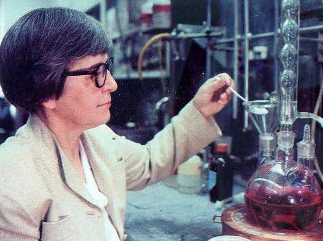 Le Kevlar La chimiste Stephanie Kwolek a inventé la fibre super résistante de Kevlar, qui est utilisée pour fabriquer des gilets pare-balles. L'invention de Kwolek est cinq fois plus résistante que l'acier, et a également environ 200 autres usages.