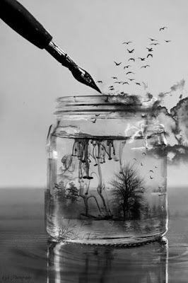 Las palabras que ha aprendido por la noche cuentan la historia de dos polizones surcando las olas dentro de una bañera. El gregal maneja tan improvisada embarcación y una luna cortada en hoz da rienda suelta a su marea. Algunas de esas mismas palabras escuecen de amor en los labios, y salpican el extenso y negro cielo raso con luceros de sal. (by ge minúscula)