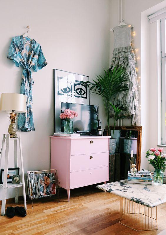 Commode rose dans une chambre